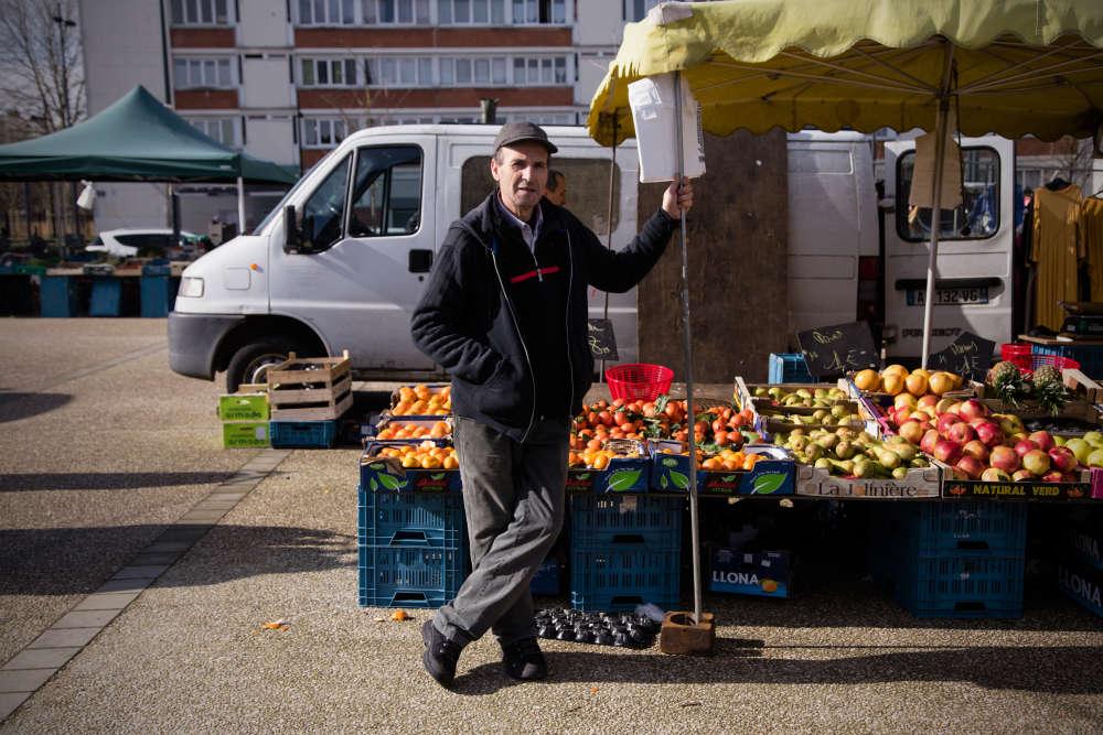 Quartier des Trois-Ponts dans le sud de Roubaix. «Cette année, on ne sait plus pour qui voter», se désole Brahim Seddiki, maraîcher de 57 ans, sur le marché de la Place de la citoyenneté.