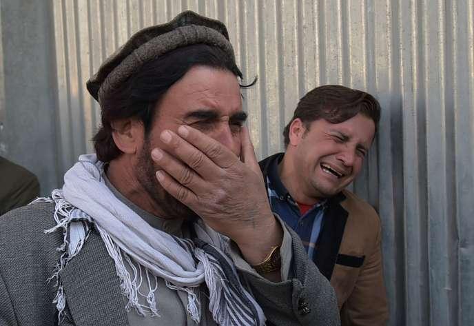 Deux habitants, en larmes, après l'attaque d'un hôpital à Kaboul, le 8 mars.