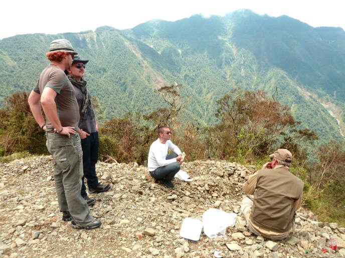 Tommy François (de dos, à gauche) et son équipe lors d'un repérage sur le plateau amazonien.