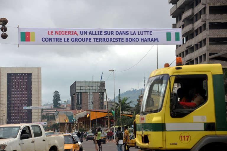 Bannière contre le terrorisme à Yaoundé, capitale du Cameroun, le 28juillet 2015. La menace des intégristes nigérians de Boko Haram dans la région de l'Extrême-Nord pèse sur le pays.
