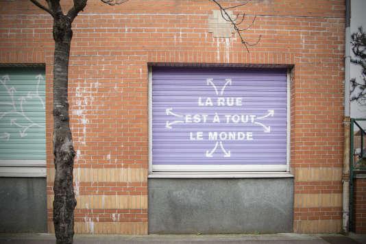 """""""La table de quartier"""" s'est installée devant la Maison des projets, qui est fermée depuis 5 mois. Une initiative citoyenne d'informations et de défense des droits des habitants dans le cadre du programme de rénovation urbaine du quartier du Pile."""