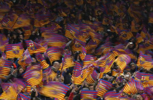Les supporteurs du FC Barcelone lors de la victoire de leur équipe face au PSG à Camp Nou (Barcelone) le 8 mars.