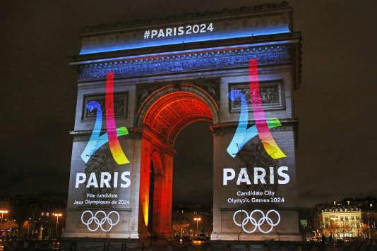 Le logo pour «Paris 2024» projetté sur l'Arc de Triomphe à Paris le 9 février 2016.
