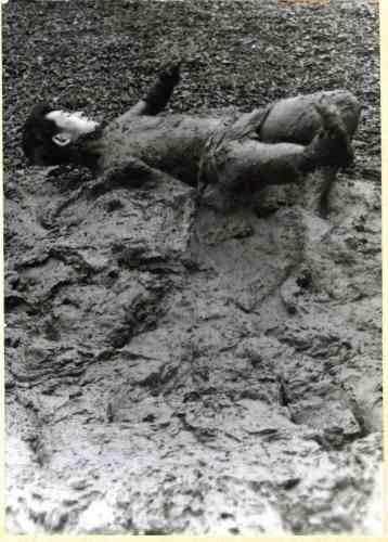 «Co-fondateur du groupe avant-gardiste japonais Gutaï, Kazuo Shiraga invente un nouveau mode d'expression qui se dispense de la toile. Aux prises avec la terre, dans une étreinte proche de la lutte, sa performance est emblématique de l'utilisation pionnière et radicale du corps comme matériau. »