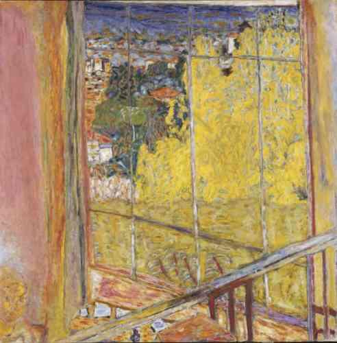 """«Abasourdi par la lumière vive de la Côte d'Azur qu'il décrit comme un coup des """"Mille et Une Nuits"""", Pierre Bonnard s'installe définitivement à la villa Le Bosquet en 1939. La même année, il réalise cette toile peinte depuis la balustrade de son atelier. Symbole du renouveau printanier, cet éblouissant mimosa en fleurs irradie l'œuvre d'un jaune acide et éclatant. »"""