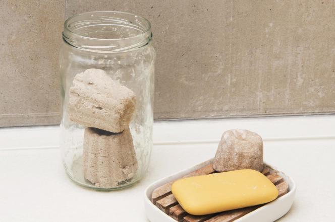 Shampoing solide en forme de cannelé fabriqué par la famille Pollet à côté d'un savon «traditionnel».