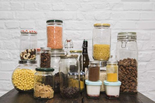 Huile, vinaigre, thé, biscuits, sucre, pates, riz, chocolat, bonbons, fruits secs, lentilles, pain... stockés dans les bocaux, les produits alimentaires achetés en vrac limitent sensiblement la production de déchets.