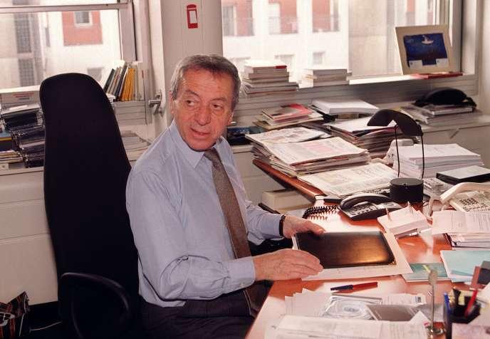 Le directeur de France Musiques, Pierre Bouteiller, dans son bureau, le 27 mars 2000, à la Maison de la radio, à Paris.