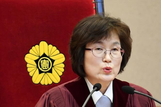 Lee Jung-mi, présidente de la Cour constitutionnelle, confirme la destitution de Park Geun-hye, présidente de la république de Corée, à Séoul, le 10 mars.
