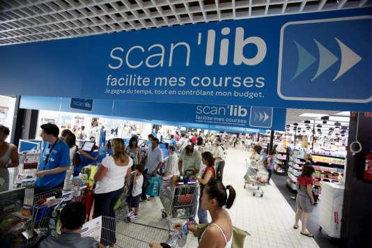 Dans un hypermarché du groupe Carrefour. Le système Scan'Lib est une caisse automatique en libre service.