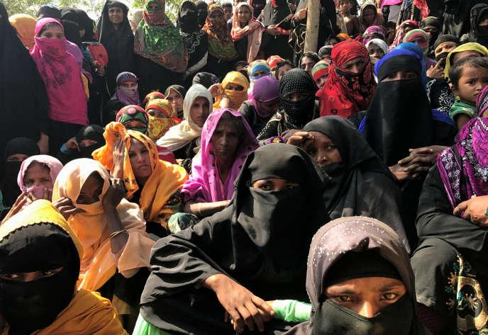 Des femmes rohingya, réfugiées au Bangladesh, attendent de recevoir de l'aide au camp de Kutupalang, le 27 février.