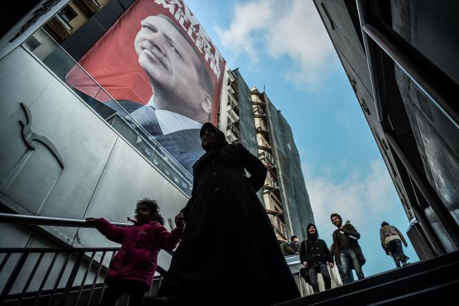 Un portrait du président turc, Recep Tayyip Erdogan, sur une affiche en faveur de la réforme constitutionnelle, le 10 mars à Istanbul.