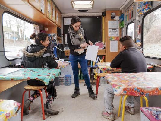 Dans sa classe, Aude fait classe à des enfants en âge d'aller au collège. Mais bien souvent, les notions élémentaires ne sont pas acquises.