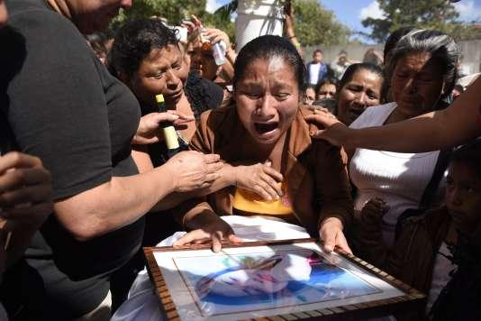 Marta Lidia Garcia sur le cercueil de sa fille de 17 ans, Siona Hernandez, morte dans l'incendie d'un foyer pour mineurs au Guatemala,le 10 mars 2017.