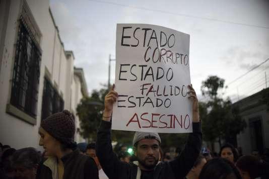 « Etat corrompu, Etat défaillant, Etat assassin» : manifestation devant le palais présidentiel à Guatemala, le 9 mars 2017.