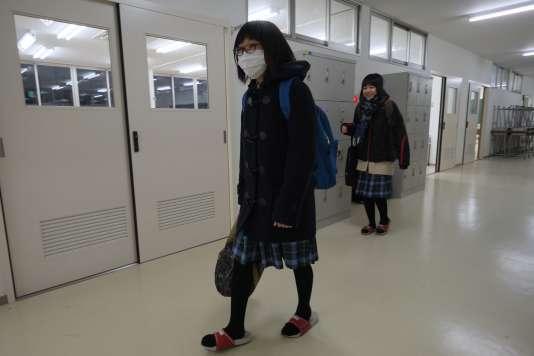 Des collégiens membres d'un atelier de théâtre, après avoir répété une pièce sur le drame de Fukushima, le 22 février à Hirono.