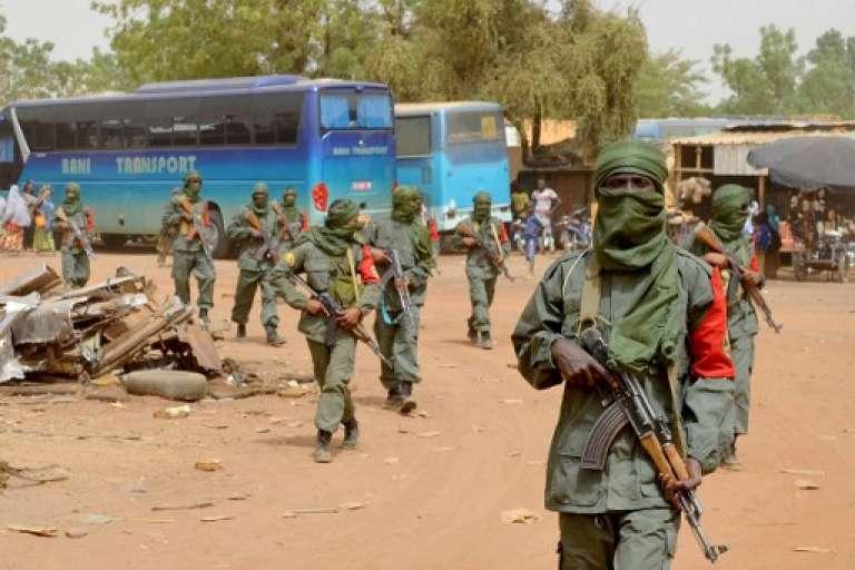 """«Quelque deux années apèrs la signature en 2015 de """"l'accord pour la paix et la réconciliation au Mali"""", quatre depuis le déclenchement de l'opération militaire française """"Serval"""", le processus de paix, à force de lenteur, est en train de perdre la course de vitesse engagée contre les groupes armés». (Photo : Une patrouille mixte regroupant des soldats de l'armée malienne et d'anciens rebelles à Gao, dans le nord du Mali, le 23 février)."""