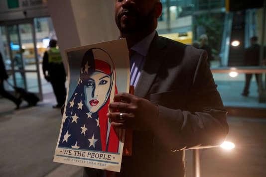 « Nous sommes le peuple», rappelle cet homme, lors du rassemblement à l'aéroport de SanDiego contre le décret anti-immigration, le 6mars.