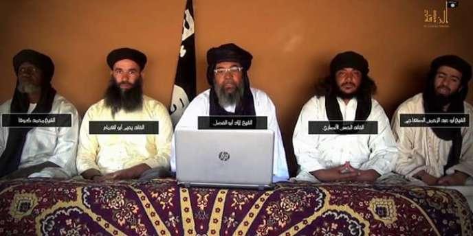 Capture d'écran de la vidéo diffusée le 2 mars par l'agence mauritanienne ANI, sur laquelle figurent Iyad Ag Ghali (au centre), entouré de gauche à droite d'Amadou Koufa, Yahya Abu al-Hammam, Al-Hassan Al-Ansari, et Abdalrahman Al-Sanhaji, annonçant la naissance du « Groupe de soutien à l'islam et aux musulmans ».