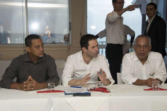 Benoît Hamon, entouré du maire de Lamentin Jocelyn Sapotille (à gauche) et Victorin Lurel (à droite), lors d'une réunion auGosier, en Guadeloupe, le 11 mars 2017.