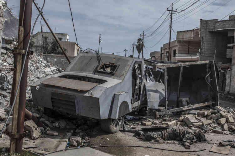 Une voiture utilisée par l'EI pour une opération-suicide, le 8 mars. Son conducteur a été éjecté, et elle a été stoppée avant son explosion.