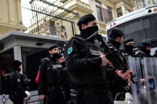 La police turque anti-émeutes positionnée autour du consulat néerlandais à Istanbul, le 11 mars.