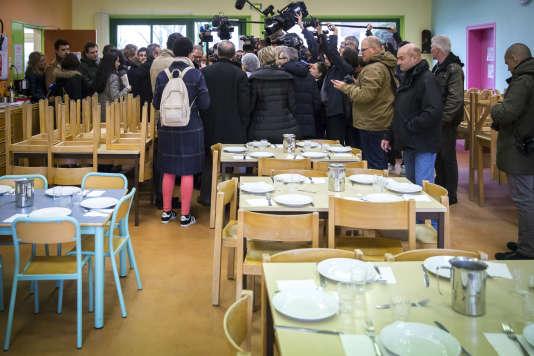 Benoît Hamon et Yannick Jadot visitent l'école élémentaire de La Roche-Derrien, mercredi 1er mars.