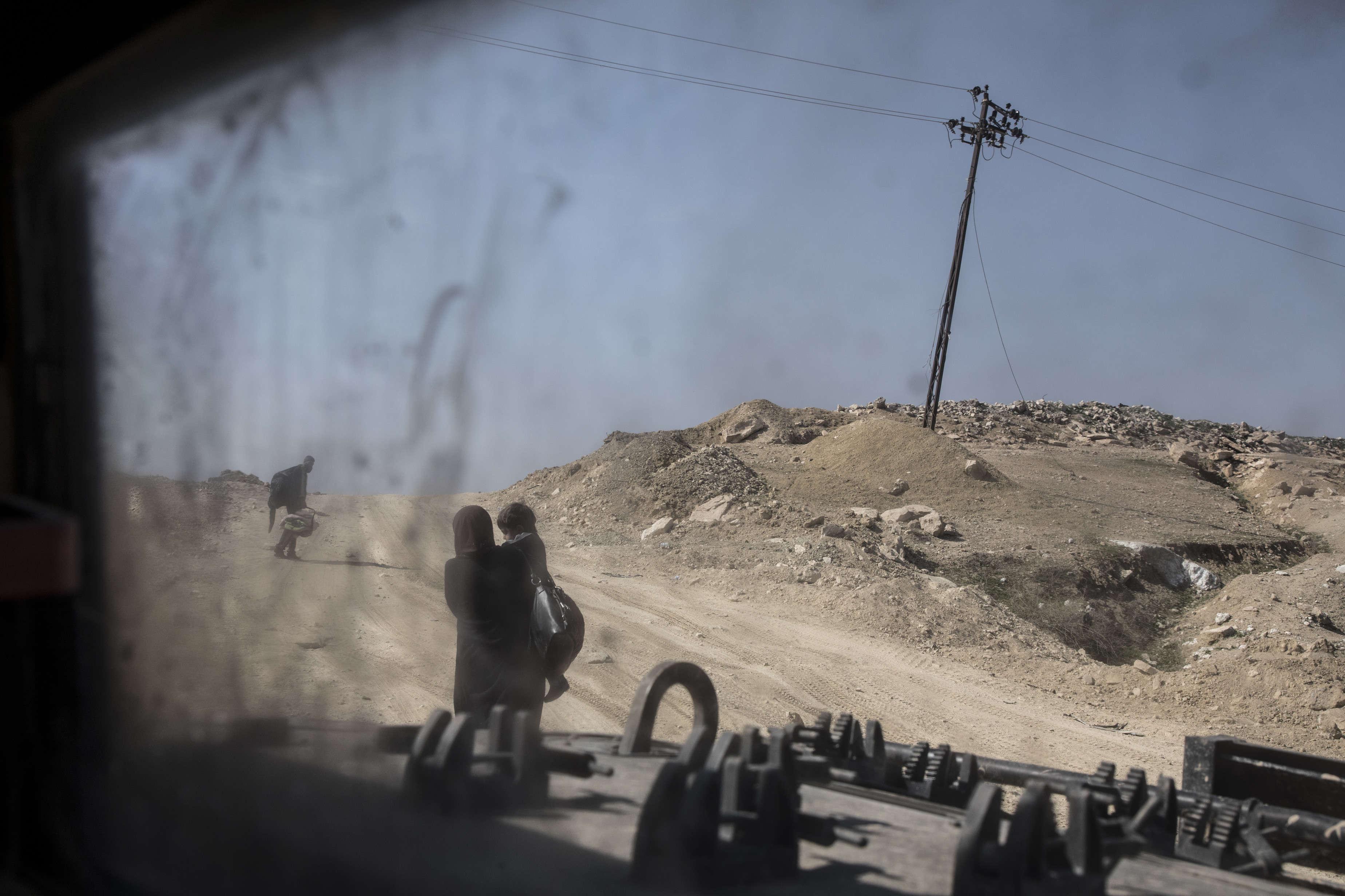 Les habitants de Mossoul-Ouest fuient les combats, le 7 mars.