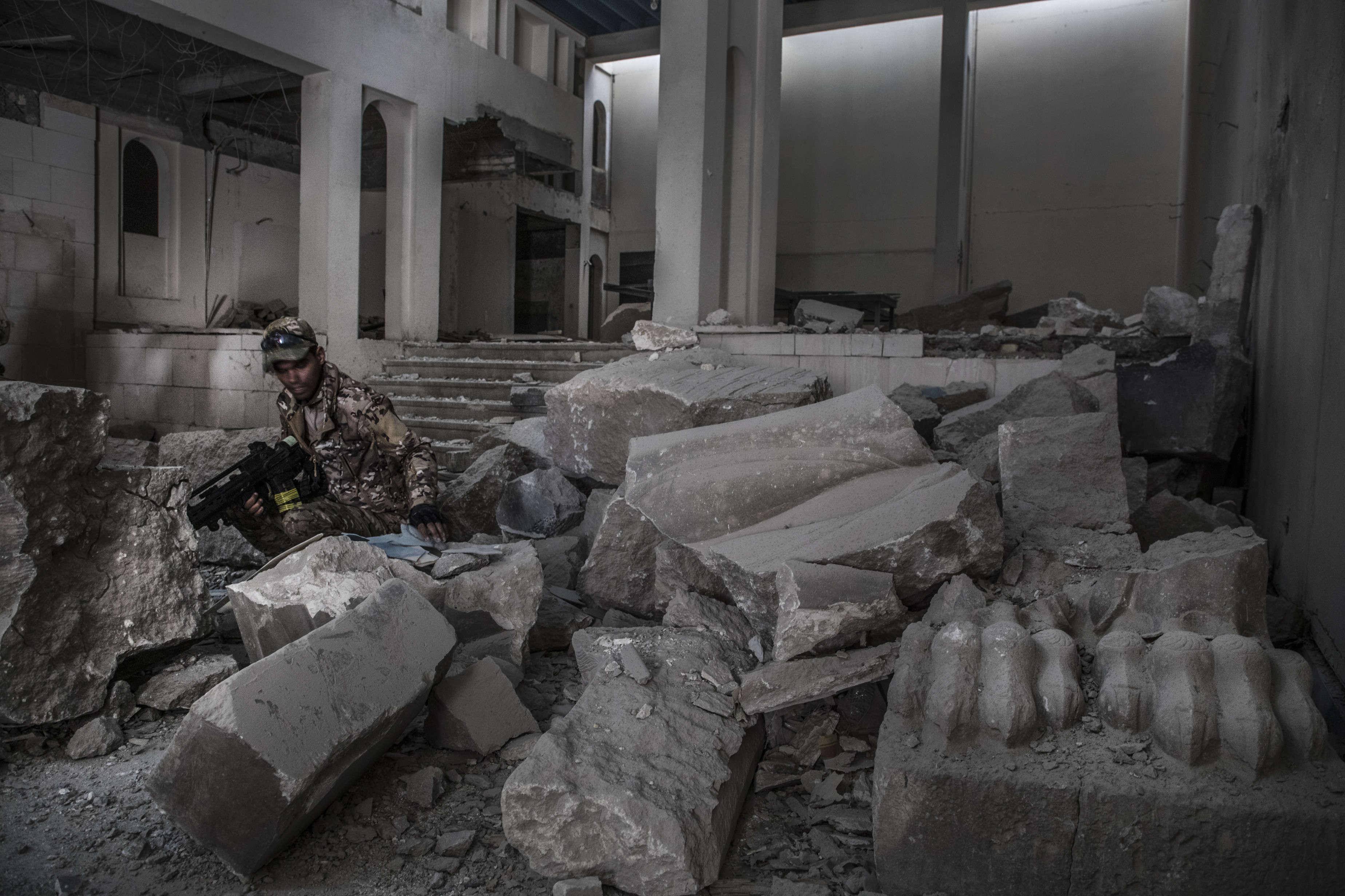 Dans le musée de Mossoul, repris par les divisions de réaction d'urgence, le 10 mars. L'organisation Etat islamique (EI) a détruit des oeuvres majeures du patrimoine irakien.