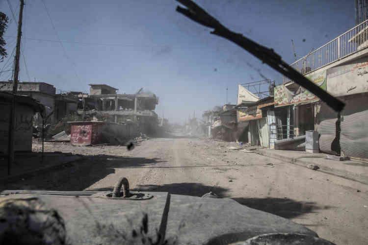 Une rue du centre de Mossoul-Ouest reprise à l'EI par les divisions de réaction d'urgence, vue depuis leur Humvee, le 10 mars.