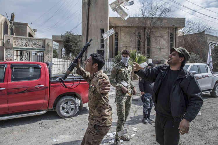 Des combattants de la police fédérale fêtent leur victoire dans les quartiers de Mossoul-Ouest repris à l'EI, le 8 mars.