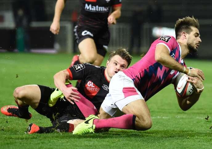Le joueur du Stade français Hugo Bonneval (premier plan en rose), contre Lyon, le 11 mars.