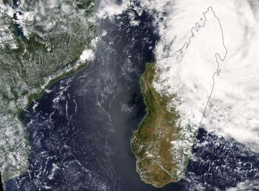 Le cyclone Enawo a frappé le nord-est de Madagascar mardi avec des vents jusqu'à 290 km/h.