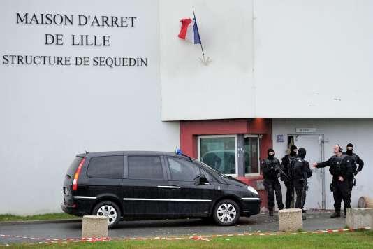Des policiers devant la prison de Sequedin, près de Lille, d'où s'est échappé Redoine Faïd, le 13 avril 2013.