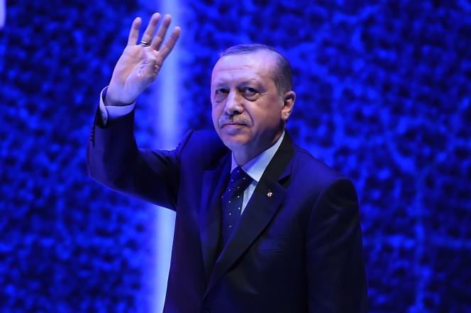Le président turc, Recep Tayyip Erdogan, prononce un discours devant ses partisans, dimanche 12 mars à Istanbul.