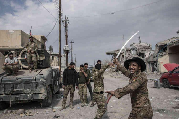 Des combattants de la Police Fédérale fêtent leur victoire dans les quartiers de Mossoul ouest repris à l'Etat Islamique.