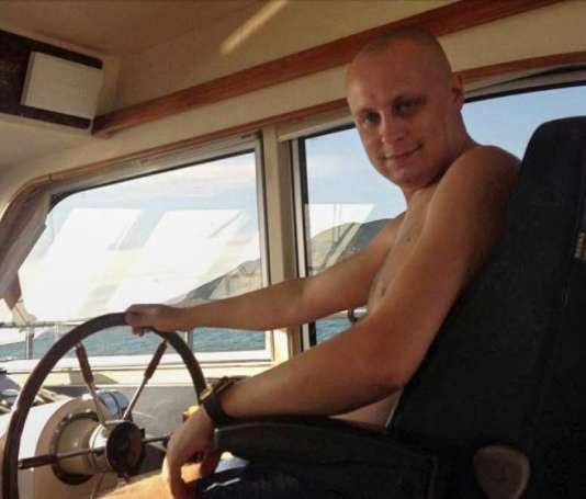 Evgueni Bogatchev à la barre d'un de ses yatchs dans la baie d'Anapa, en mer Noire.