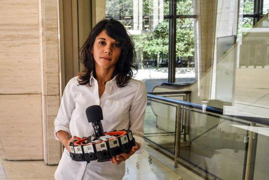 Jessica Brillhart, réalisatrice en chef des projets de VR de Google, avec en main le système Jump d'acquisition VR seize caméras développé par Google.