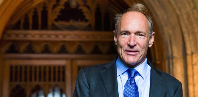 Tim Berners-Lee a inventé le Web en1989, alors qu'il travaillait au Centre européen pour la recherche nucléaire. Il préside le World Wide Web Consortium (W3C), un organisme qu'il a fondé.