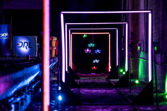 La lumière joue un rôle important dans la mise en scène des courses de drones.