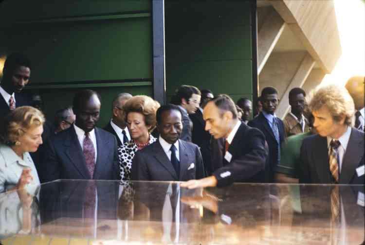 Jean-Pierre Girardier et le président sénégalais Léopold Sédar Senghor à Dakar en 1975. A l'époque, l'énergie solaire était déjà viable économiquement, mais la volonté politique n'a pas tenu.