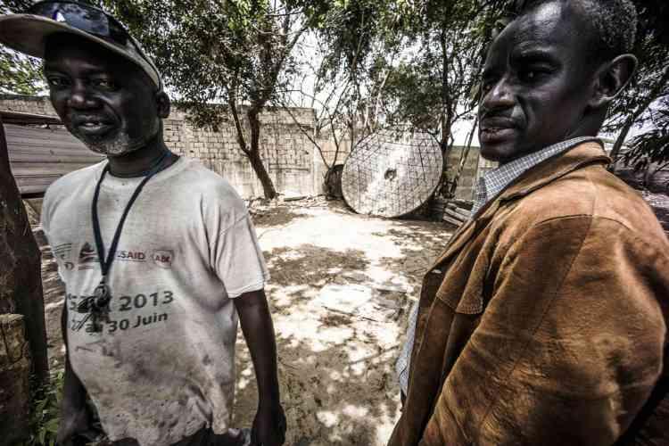 Au fond du jardin du Cerer de Dakar, à l'abandon, la parabole d'un concentrateur solaire construit dans les années 1970.
