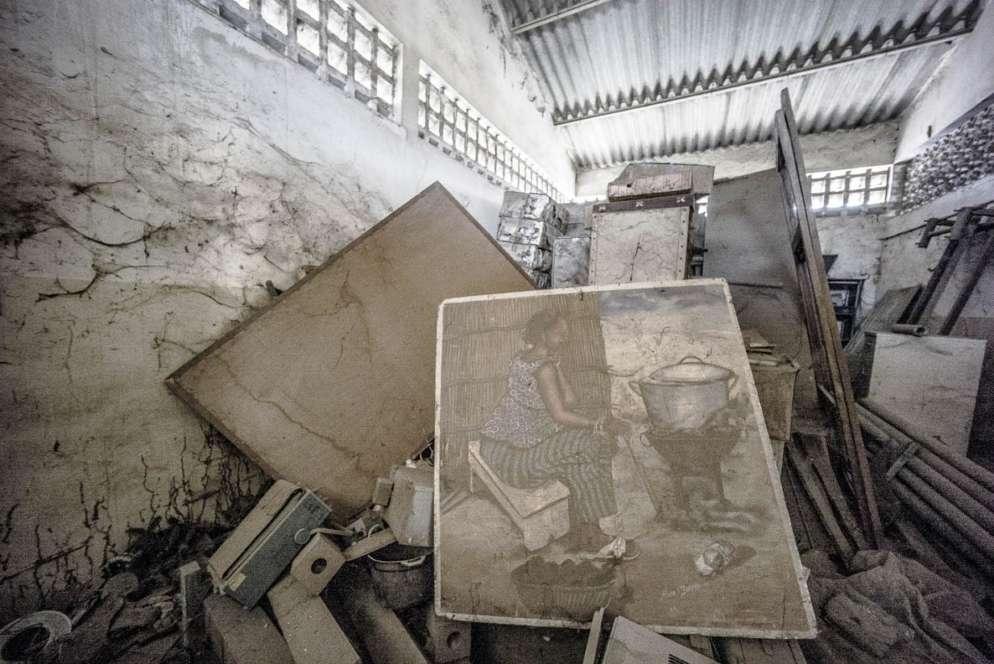 Les archives du Cerer sont entassées dans un vieux hangar. L'image centrale devait servir à sensibiliser les populations sur la consommation excessive du bois domestique et à promouvoir la cuisinière solaire afin de lutter contre la déforestation. Un enjeu toujours d'actualité.