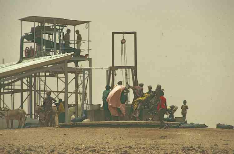 Mise en fonctionnement d'une pompe thermique dans le village de Diaglé, en 1975.