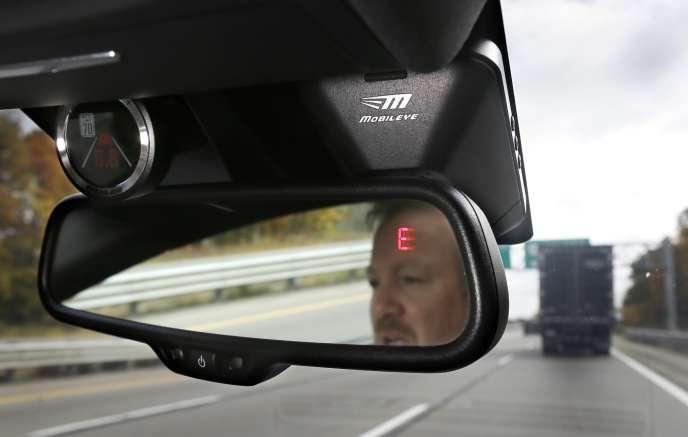 Le système de caméra Mobileye surveille les limitations de vitesse et averti les conducteurs de collisions potentielles.