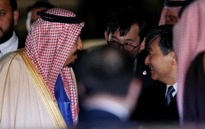Le roi Salman, à son arrivée à l'aéroport d'Haneda, à Tokyo, accueilli par le prince héritier Nahurito.
