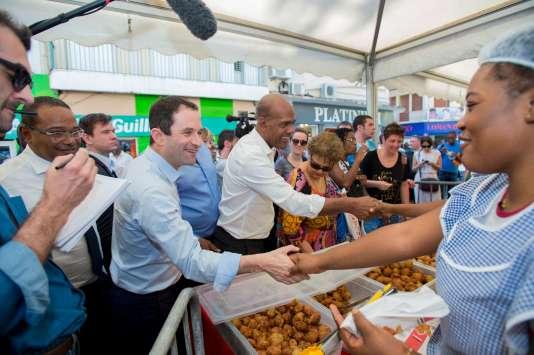 Le candidat du Parti socialiste Benoît Hamon (au centre), aux côtés du maire de Fort-de-France Didier Laguerre (deuxième à gauche) et du député de Martinique, Serge Letchimy (au centre droit), sur le marché de Fort-de-France, le 13 mars.