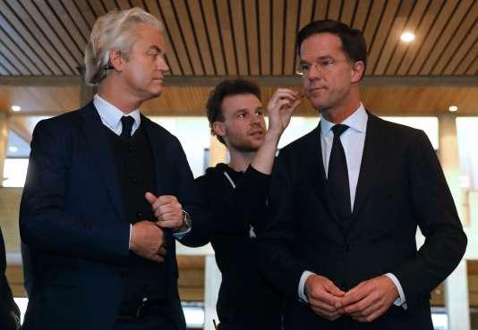 Geert Wilders (à gauche) et Mark Rutte se préparent pour un débat télévisé, lundi 13 mars, avant les élections législatives de mercredi.