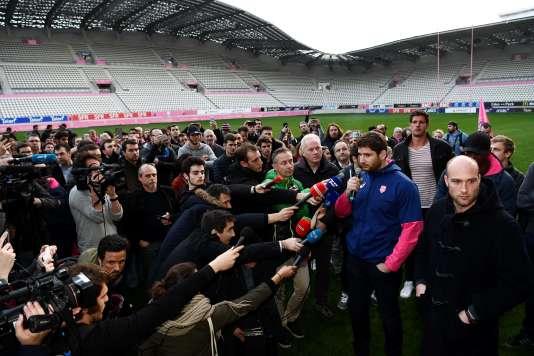 Pascal Papé (au micro), avec d'autres joueurs du Stade Français (Alexandre Flanquart, Antoine Burban notamment), devant les journalistes, le 13 mars au stade Jean-Bouin.