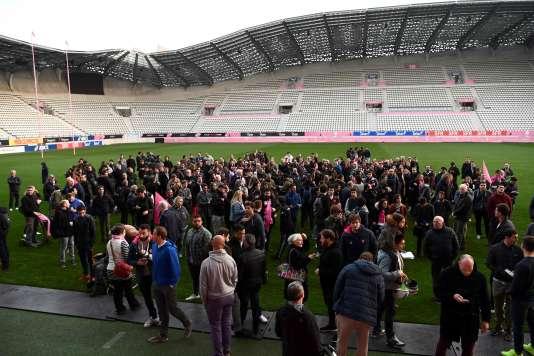 Joueurs et supporteurs du Stade français sur la pelouse du stade Jean-Bouin, le 13 mars.